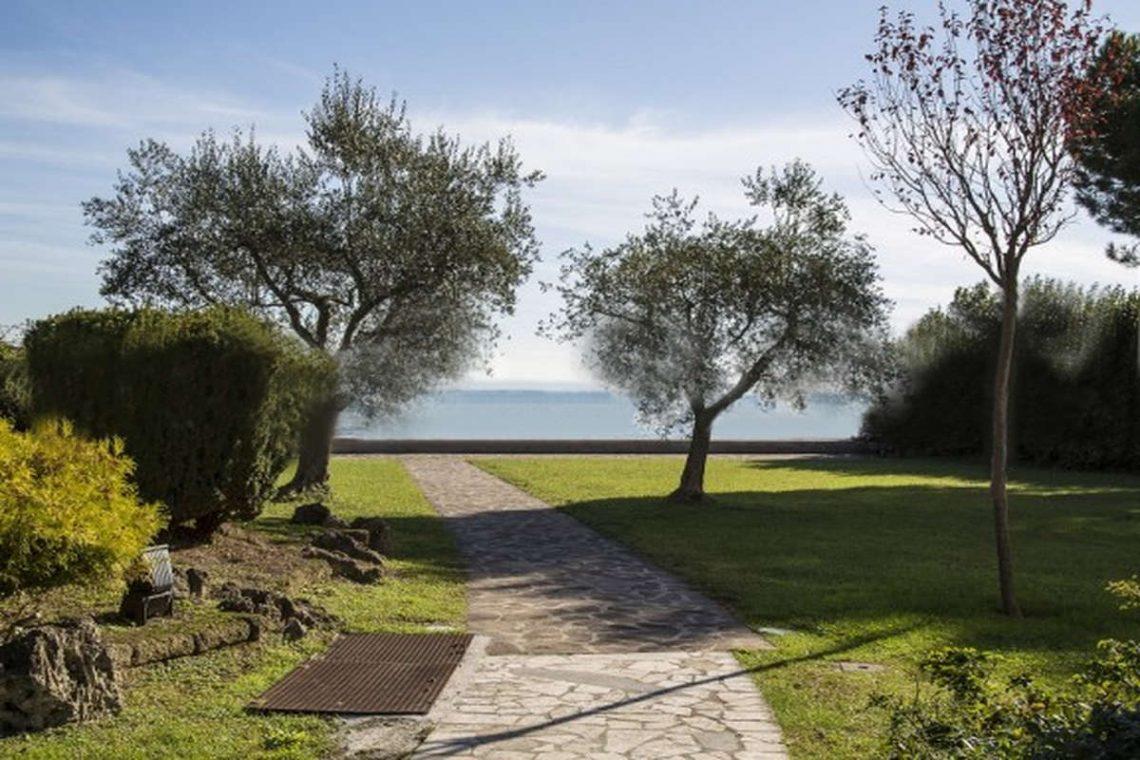 Waterfront villa Lake Garda 02
